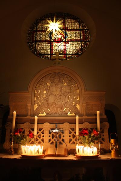 Stimmungsvolle Altarwand