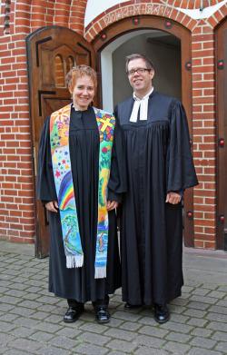 Bettina von Thun und Christoffer Sach 2014 vor der Michaeliskirche