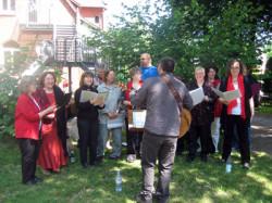 Singen bei strahlendem Sonnenschein im Garten der Michaeliskirche