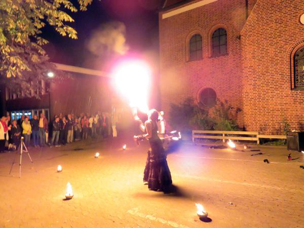 Die Nacht erhellt im Feuer