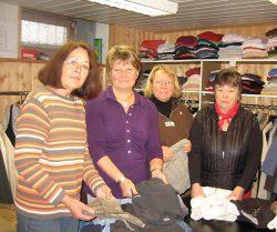 (von links) Karin Giehl, Ute Körner, Margret Stahlbuck und Ele Gehrmann sind wieder mal in ihrer Kleiderkammer bei der Arbeit