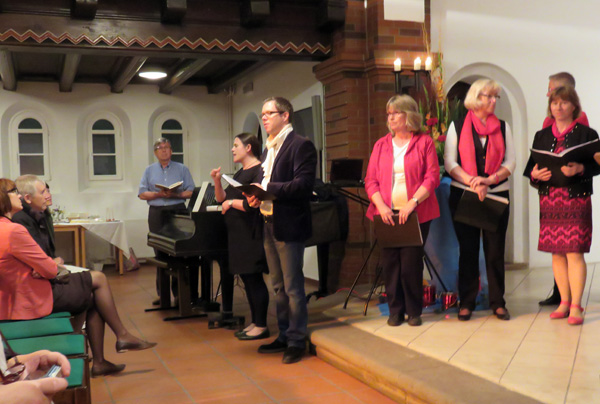 Diakon Uwe Michelau und Pastor Christoffer Sach sprechen spirituelle Zwischentexte, übesrsetzt von einer Gebärdensprachesolmetscherin