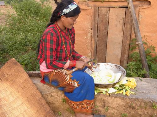Junge Bäuerin aus Gurung Tole beim Gemüseputzen