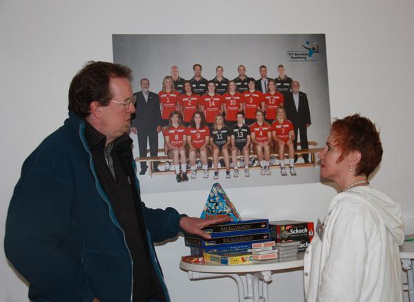 Stephan Kaiser, 1. Vorsitzender des Kulturhauses Süderelbe mit Pastorin Bettina von Thun